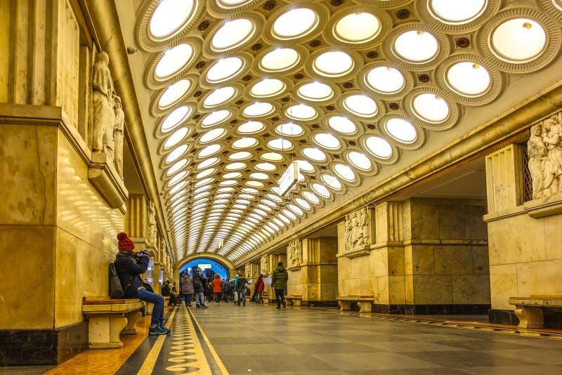 De metro's van een de Postmetro van de Meisjeszitting aan de gang royalty-vrije stock fotografie