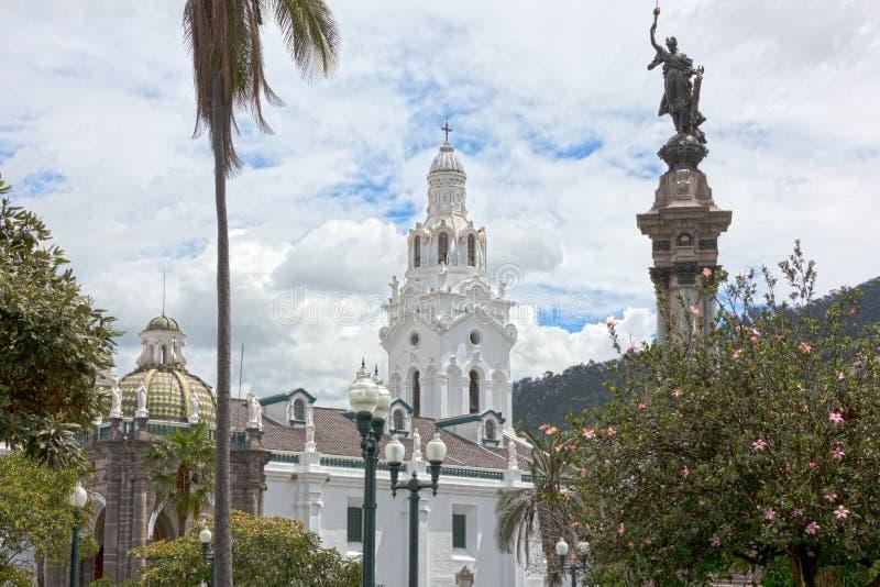 De metropolitaanse die kathedraal van Quito van het Onafhankelijkheidsvierkant wordt gezien royalty-vrije stock afbeeldingen