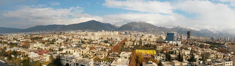 De metropolitaanse stad van Teheran met bergen en schone hemelachtergrond stock fotografie
