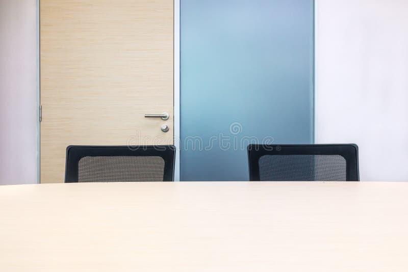 De metting ruimte heeft houten bureau en zwarte stoelen Bureauintervi royalty-vrije stock afbeeldingen
