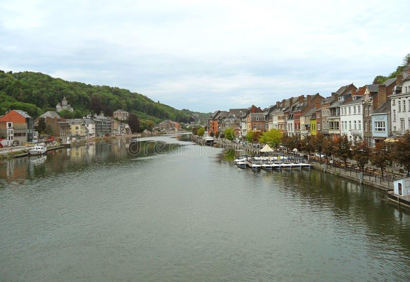 De Meuse rivier bij de historische mooie stad van Dinant, België royalty-vrije stock afbeelding