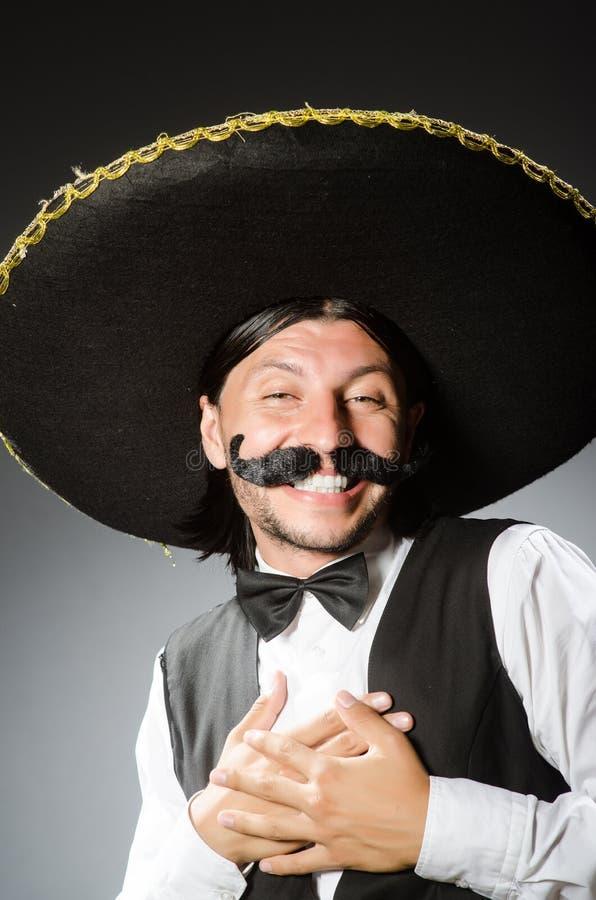 De Mexicaanse die mens draagt sombrero op het wit wordt geïsoleerd stock afbeeldingen