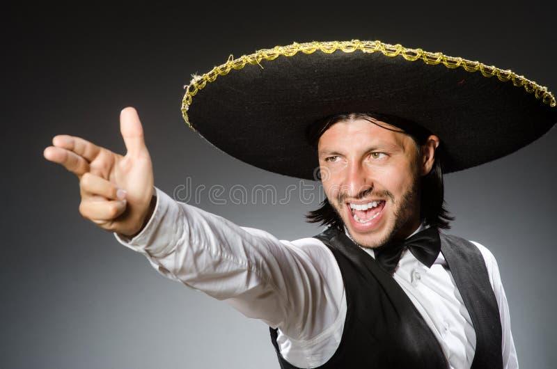 De Mexicaanse die mens draagt sombrero op wit wordt geïsoleerd stock fotografie