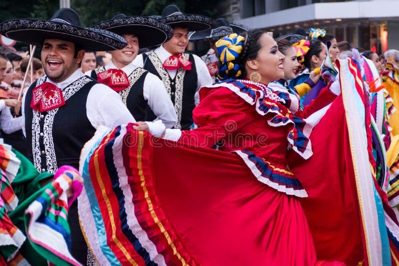 De Mexicaanse jongens en de meisjes in traditioneel volks kleurrijk kostuum dansen bij het festival royalty-vrije stock foto's