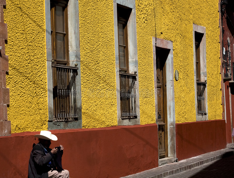 De Mexicaanse Muur Guanajuato Mexico van de Adobe van de Cowboy royalty-vrije stock afbeelding
