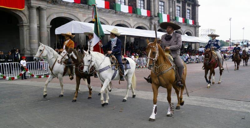 De Mexicaanse ruiters bij de onafhankelijkheid paraderen royalty-vrije stock afbeeldingen