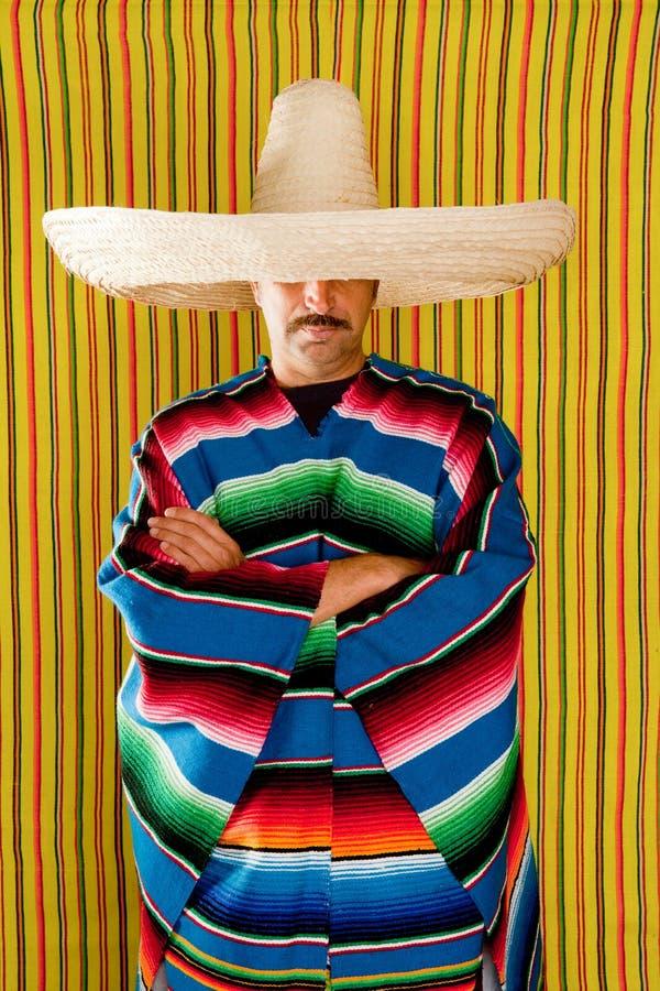 De Mexicaanse sombrero van de mensen typische poncho serape royalty-vrije stock foto