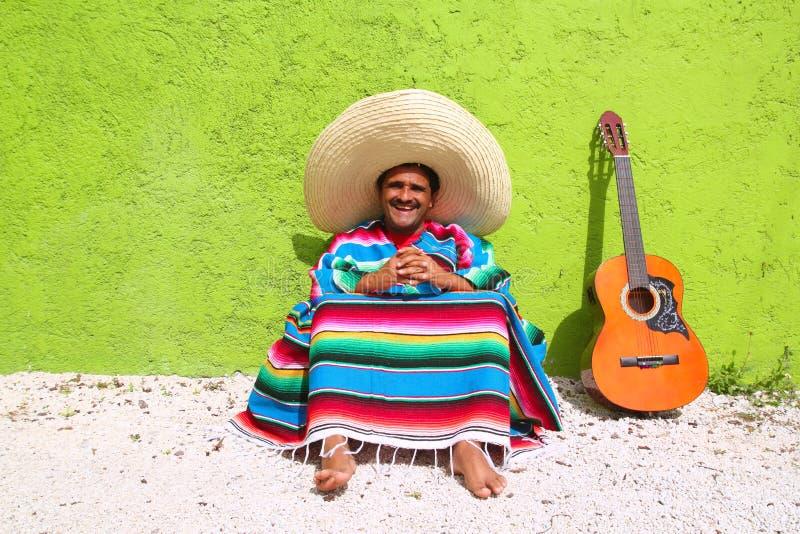 De Mexicaanse typische luie de gitaarponcho van de onderwerpmens zit stock afbeelding