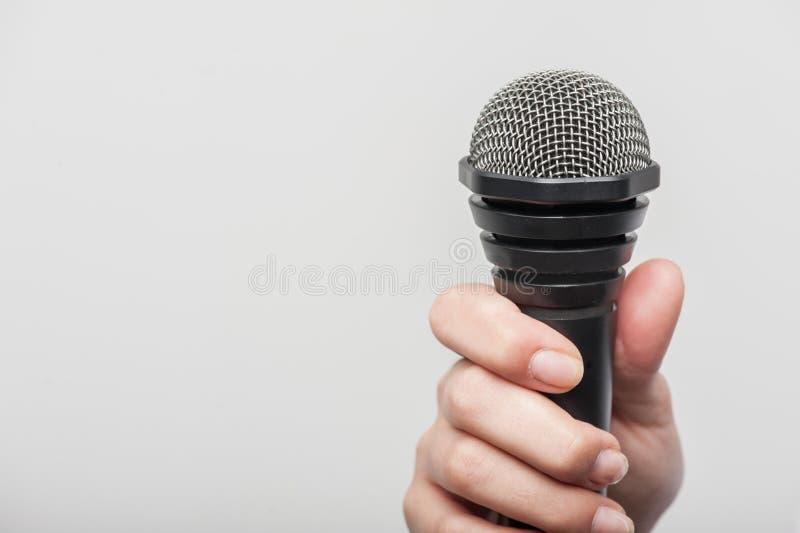 De microfoon is greep door de journalist van meisjestv royalty-vrije stock foto