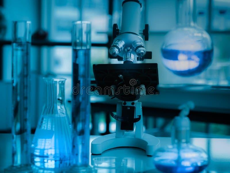 De microscoop in de microbiologielaboratorium voor medisch onderzoek of wetenschapsontwikkeling met materiaal kleurt vloeistof stock afbeeldingen