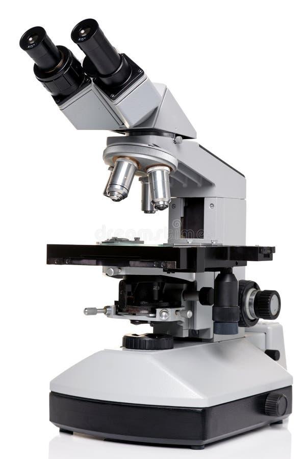 De microscoop van het laboratorium die op wit wordt geïsoleerdl royalty-vrije stock afbeeldingen
