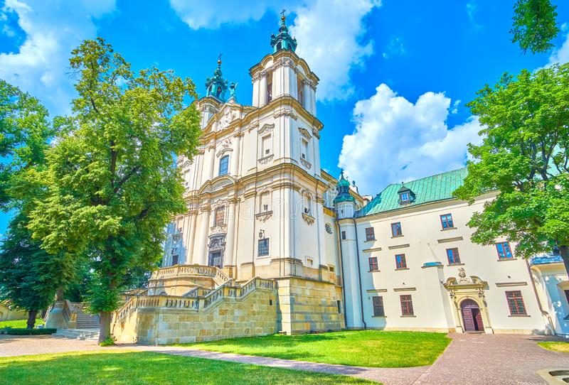 De middeleeuwse basiliek met twee klokketorens in Krakau, Polen stock afbeeldingen