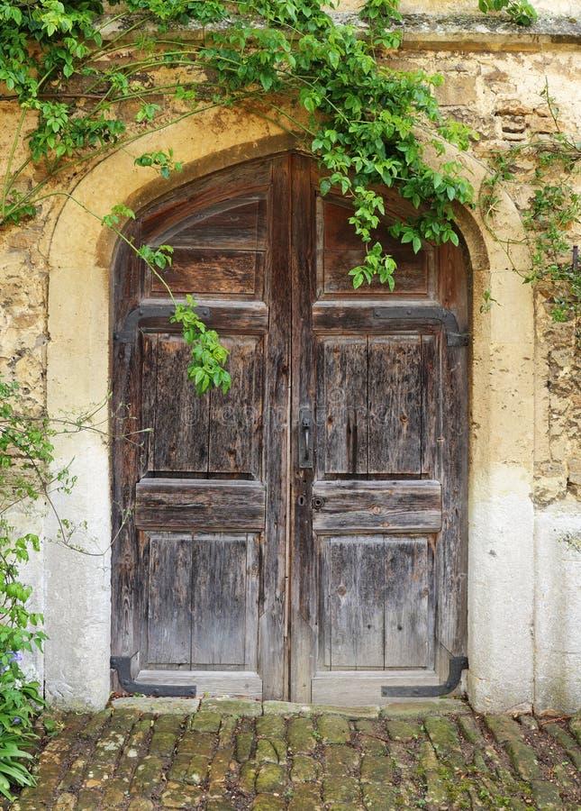 Download De Middeleeuwse Bouw Met Houten Deur Stock Foto - Afbeelding bestaande uit metselwerk, ingang: 54084572