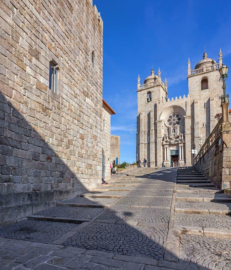 De Middeleeuwse die Toren op de linkerzijde en de Porto Kathedraal door Dom Pedro Pitoes Street wordt gezien stock foto