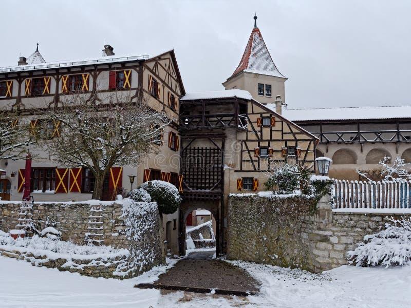 De middeleeuwse het kasteelgebouwen en valhek hieven sneeuwlandschap op royalty-vrije stock afbeelding