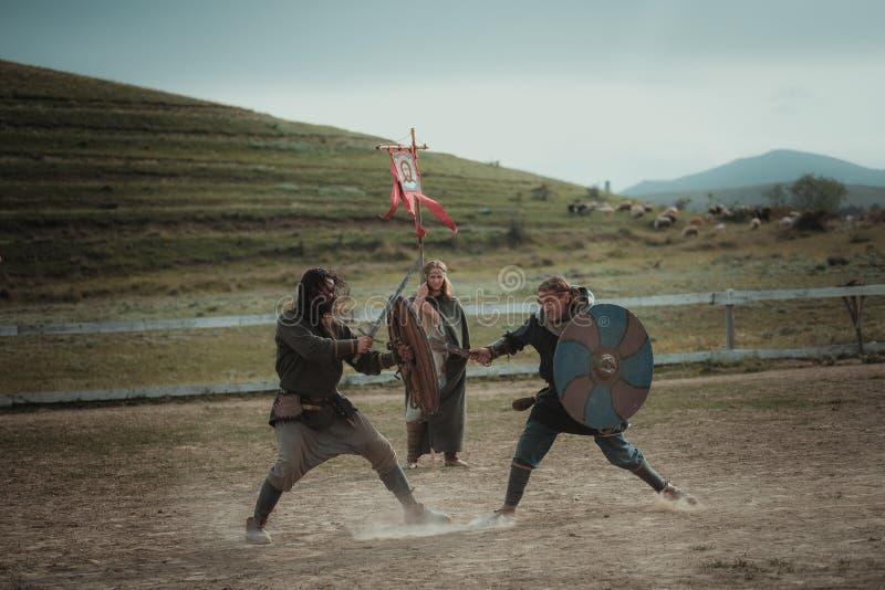 De middeleeuwse joust slag van de ridderspost op zwaarden met schilden royalty-vrije stock afbeeldingen