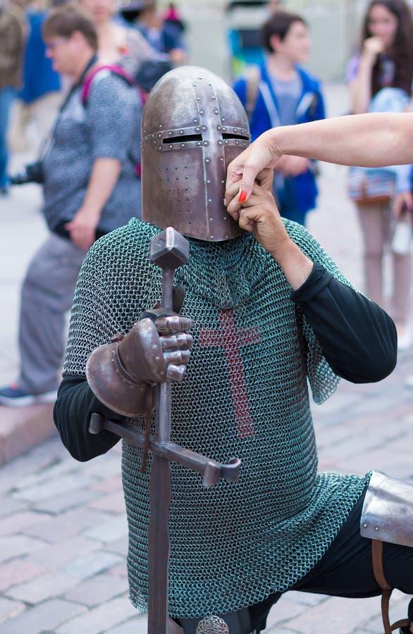 De middeleeuwse ridder kust de hand van een dame royalty-vrije stock foto's