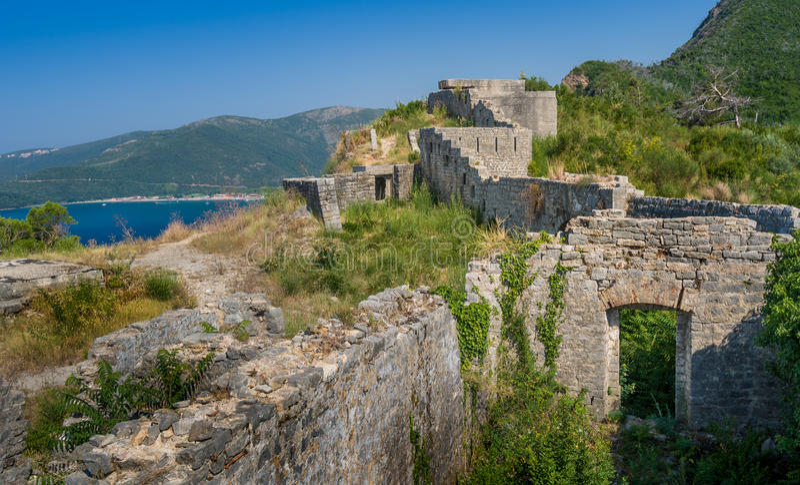 De middeleeuwse ruïnes van vestingstvrdava Mogren stock foto's