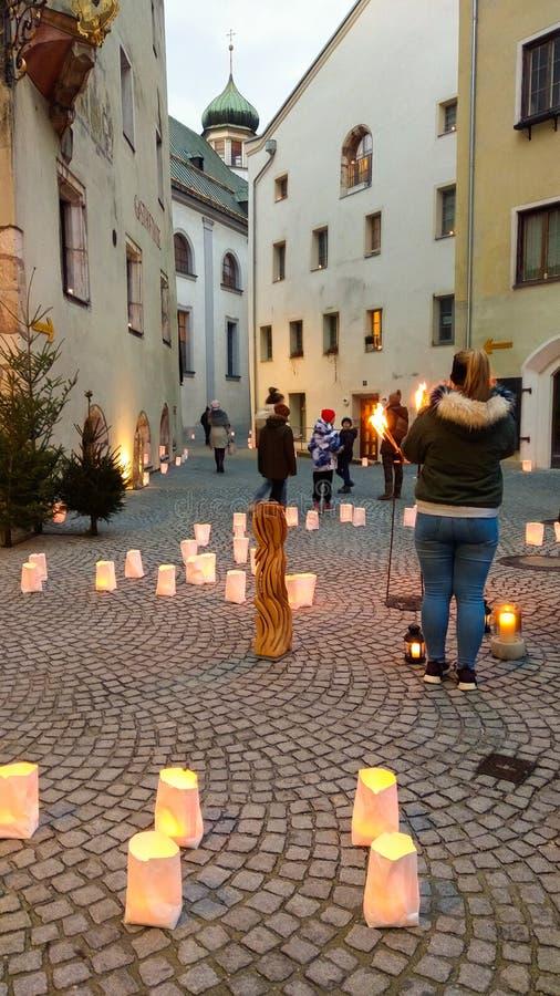 De middeleeuwse stad Rattenberg wordt gebaad in de gloed van sterrelicht, kaarsen, toorts en vuren in Kerstmistijd stock foto's