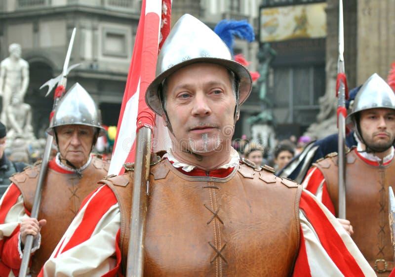De middeleeuwse strijders in het weer invoeren paraderen in Italië royalty-vrije stock afbeelding