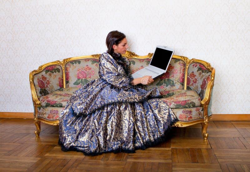 De middeleeuwse vrouw van de fantasie met computer royalty-vrije stock fotografie