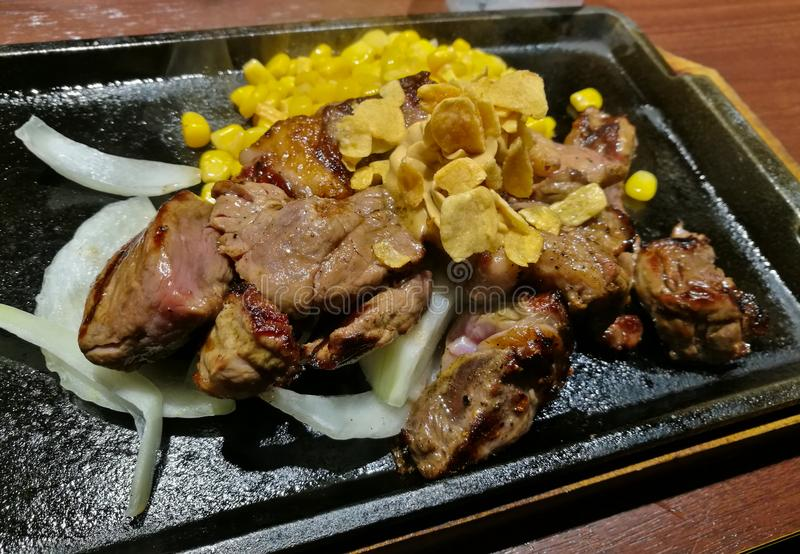 De middelgrote geroosterde kok Wagyu beweegt gebraden lapje vlees op warmhoudplaat royalty-vrije stock foto's