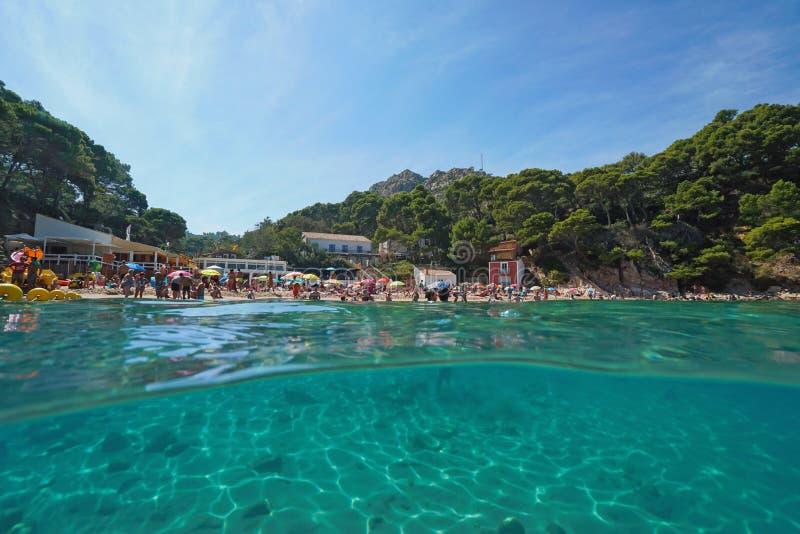 De Middellandse Zee van Spanje de zomervakantie bij strand stock foto's