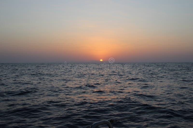De Middellandse Zee Zonsopgang over het overzees rust, Wolken royalty-vrije stock afbeelding
