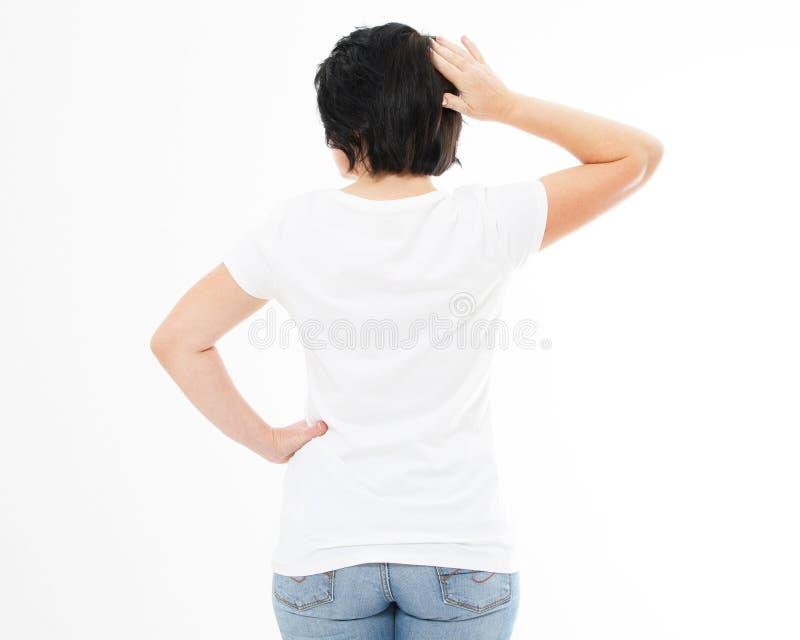 De middenleeftijdsvrouw in witte t-shirt isoleerde omhoog - achtermening, t-shirtspot royalty-vrije stock afbeeldingen
