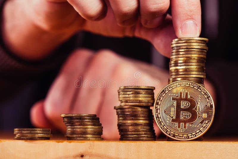 De mijnwerker die van Bitcoincryptocurrency BTC-muntstukken stapelen royalty-vrije stock afbeelding