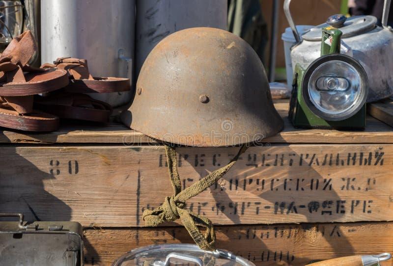 De militära ammunitionarna för ryss med träasken Asken har destinationsadress På loppmarknaden i Nagoya Japan royaltyfri fotografi