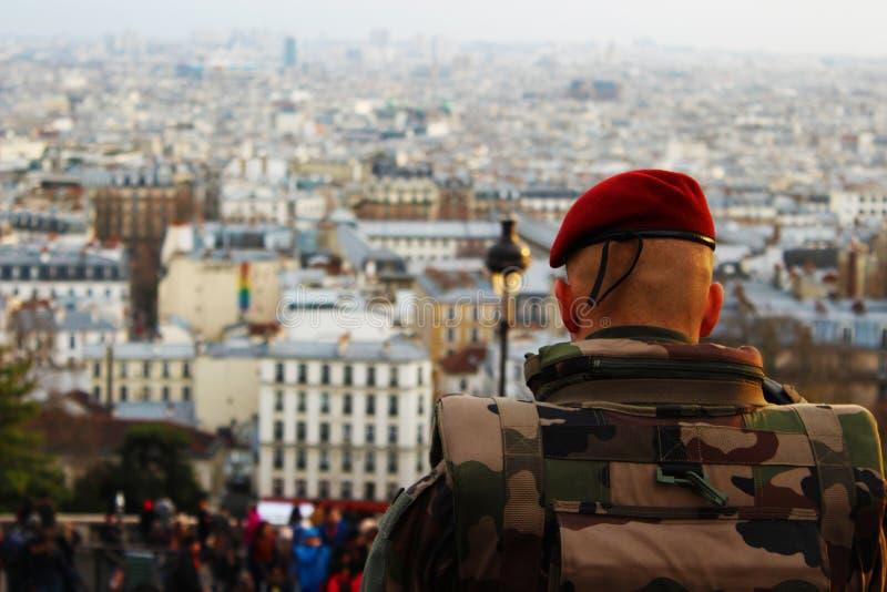 De militair bekijkt de Stad van Parijs royalty-vrije stock afbeeldingen