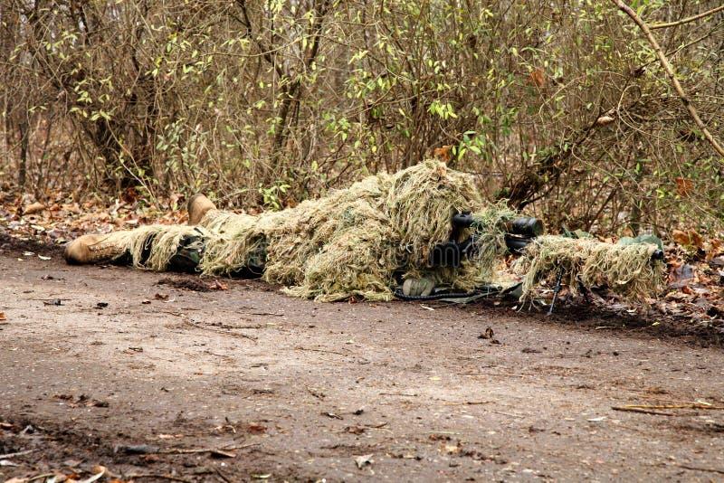 De militair in camouflage, ligt klaar voor het schot royalty-vrije stock fotografie