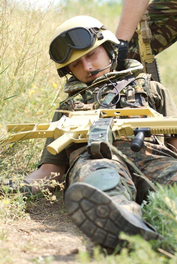 De militair die draged vanaf een battledield is stock afbeeldingen