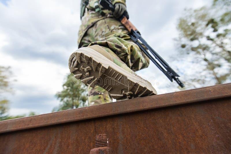 De militair met kanon kruist het spoor royalty-vrije stock afbeelding