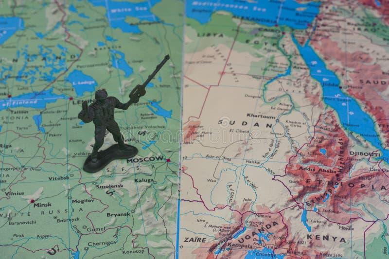 De militair van het stuk speelgoed boven de kaart royalty-vrije stock afbeelding