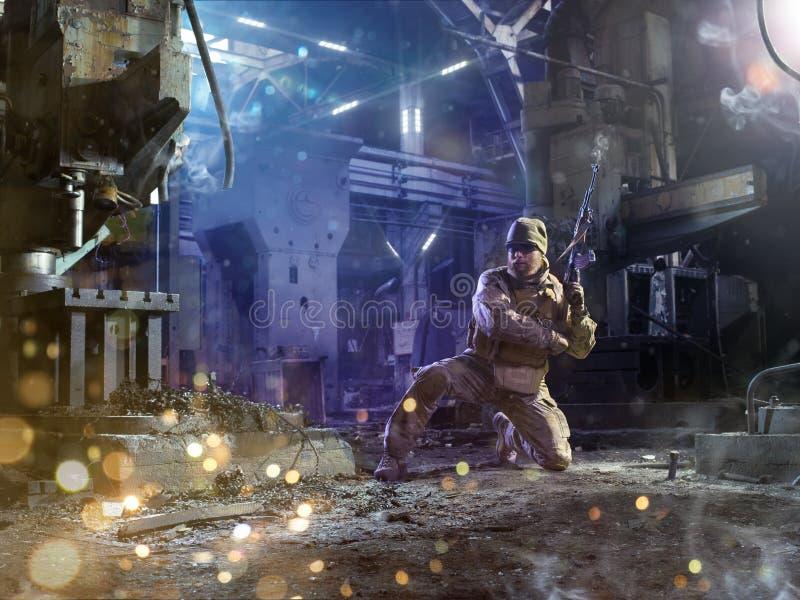 De militair van Spesialkrachten valt de vijand aan stock afbeeldingen