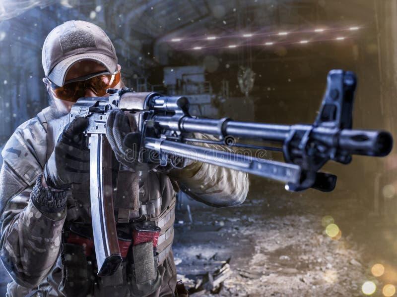 De militair van Spesialkrachten valt de vijand aan stock foto
