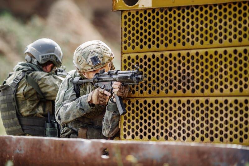 De militaire bereden politie stormde het gebouw stock afbeeldingen