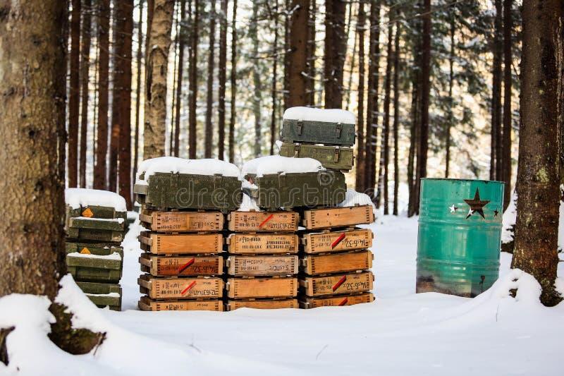 De militaire dozen met patronen zijn in het bos royalty-vrije stock afbeelding