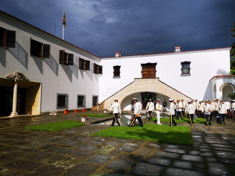 De militaire fanfare treft voor de ceremonie voorbereidingen in Elisabeta Palace royalty-vrije stock foto's