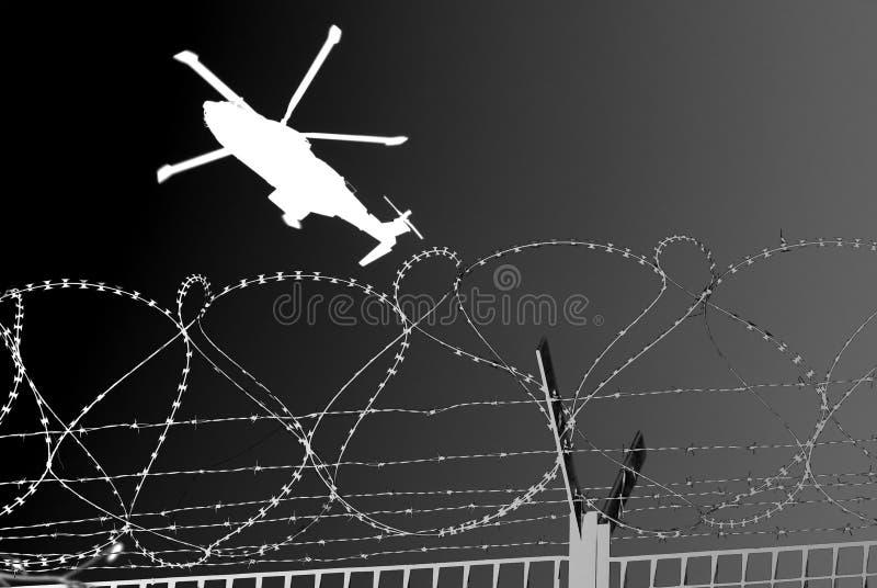 De militaire helikopter van Barbwire stock fotografie