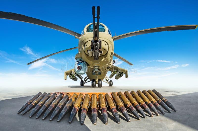 De militaire helikopter wordt geparkeerd, in de voorgrond zijn de patronen de wapens die het schiet stock foto