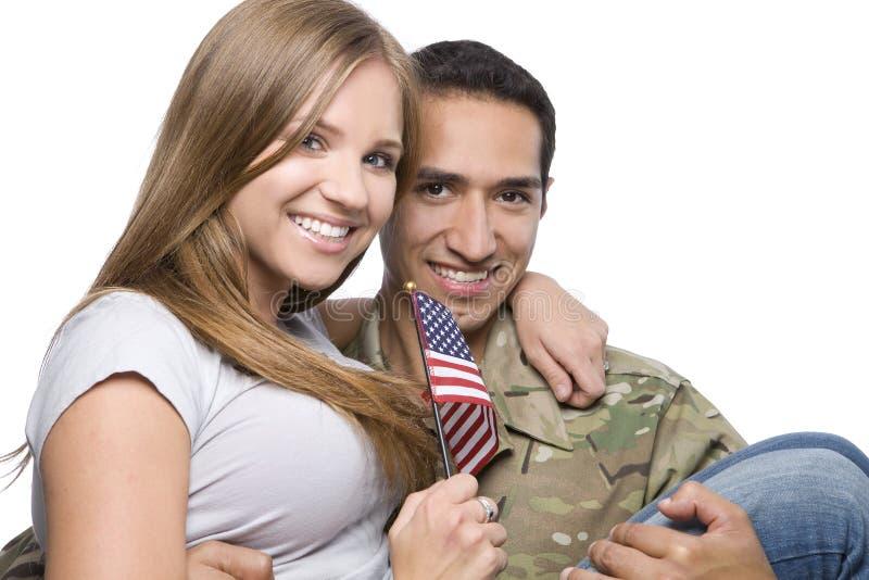De militaire Mens heeft Gelukkige Vrouw in Zijn Wapens royalty-vrije stock foto