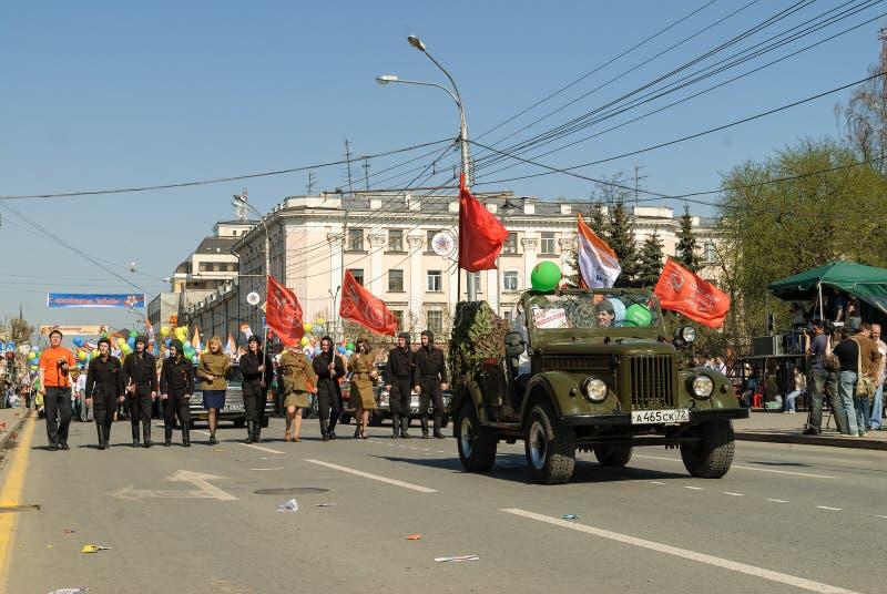 De militaire rij maart van kracht eenvormige militairen stock fotografie