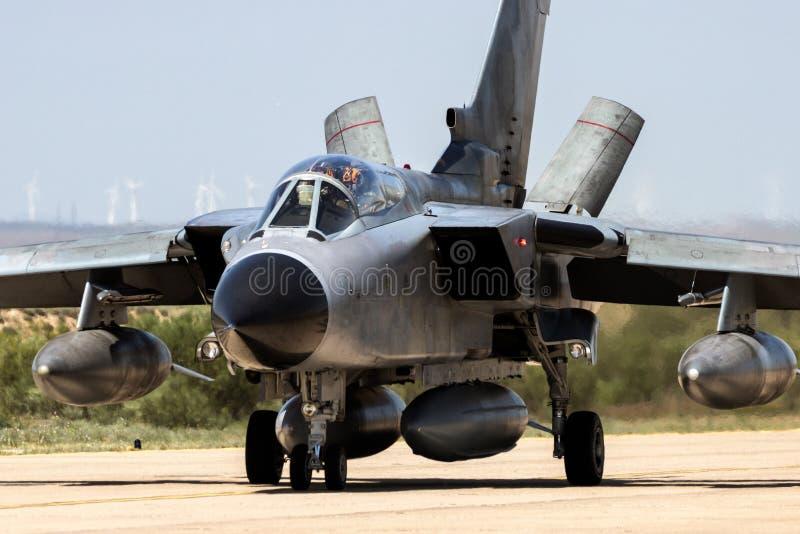 De militaire straalvliegtuigen die van de bommenwerpersvechter op een luchtmachtbasis taxi?en stock fotografie