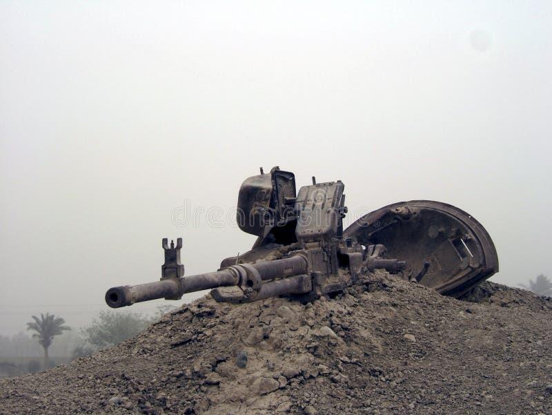De militaire tank van het legervoertuig op sporen met vat na zegevierende oorlog royalty-vrije stock afbeeldingen