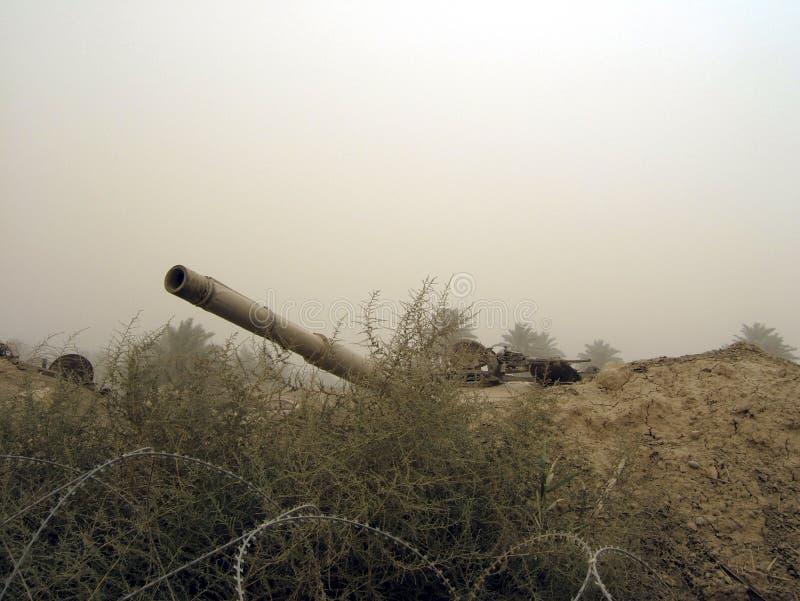 De militaire tank van het legervoertuig op sporen met vat na zegevierende oorlog stock fotografie