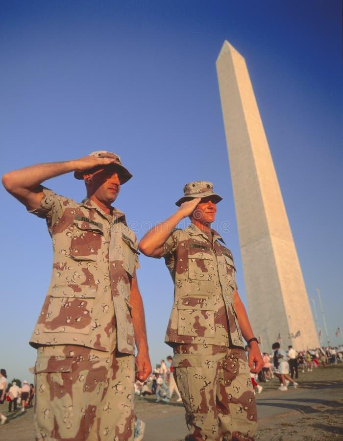 De militairen groeten stock foto