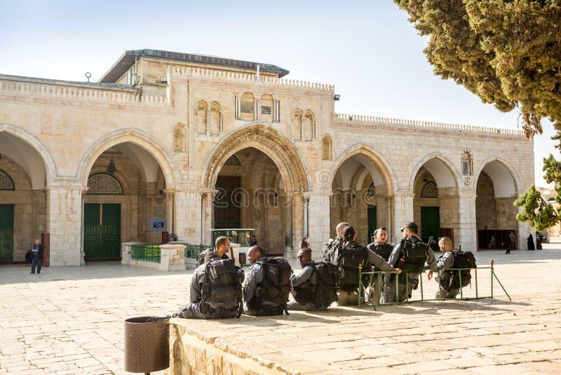 De militairen op Tempel zetten voor Al Aqsa-moskee op stock foto's